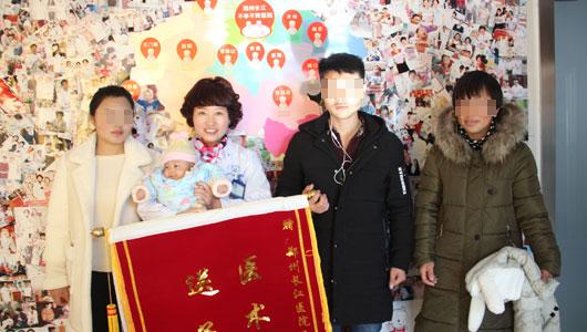婚后一年难怀孕 一家人长江喜笑颜开